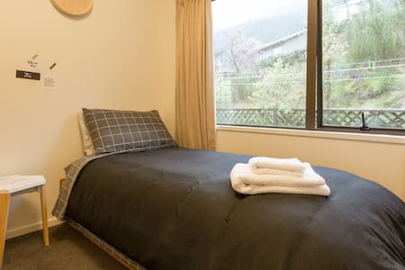 Single room in a Mountain & Lake view house - Queenstown - Rumah
