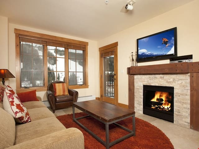Modern and Cozy Deluxe 3 Bedroom Condo with High-End Appliances