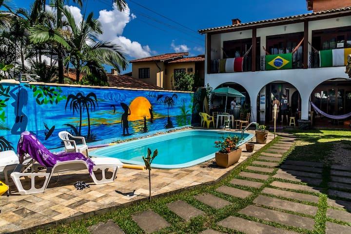 Quarto de casal em lindo hostel com piscina