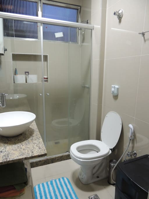 Banheiro todo em porcelanto com blindex