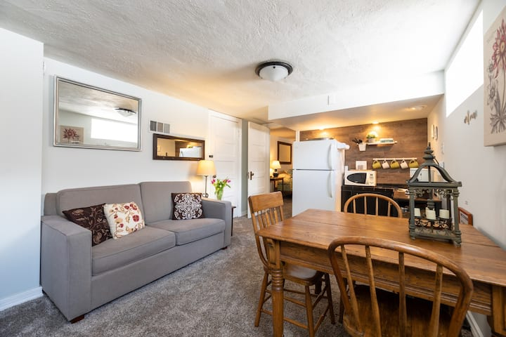 Cozy basement suite in historic 'hood!