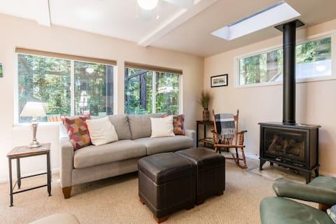 Casa de campo na floresta de sequoias ensolarada