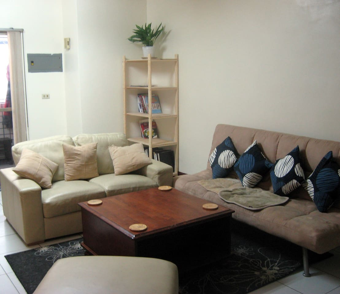 Cozy Central Living Room with Air Conditioning, Cable, Hot Water and Good Times!