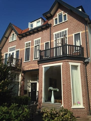Central situated mansion - Bussum - House