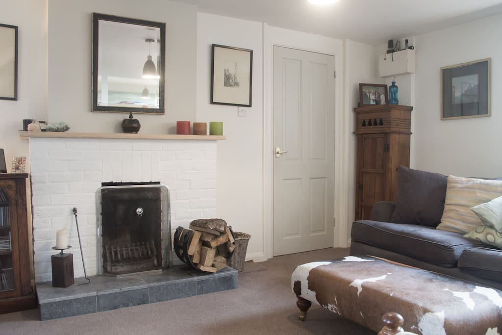 Comfortable and wonderfully restful pad close to Avebury, Devizes, Marlborough and Chippenham. Bath just 1 stop by train from Chippenham.