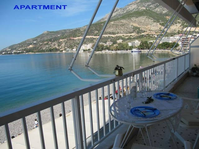 BY THE BEACH  FLAT  WITH FULL  VIEW - Loutraki - Apartamento