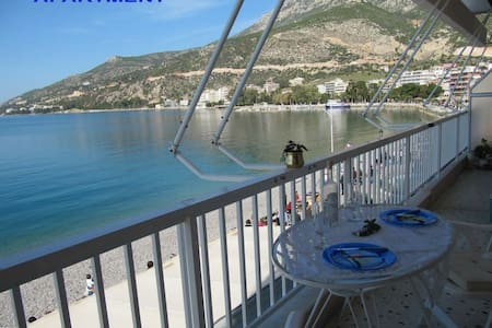 BY THE BEACH  FLAT  WITH FULL  VIEW - Loutraki - Huoneisto
