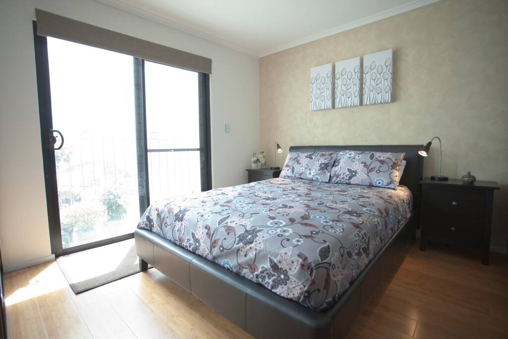 Mews 14 Lovely queen bed with top quality Sealy mattress