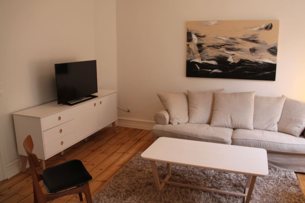 Flat screen TV. Cable available and unlimited high speed internet (WiFi)