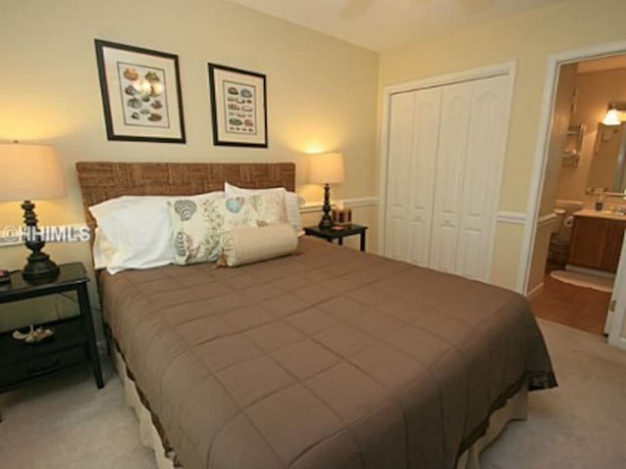 Queen sized bed in the master en-suite
