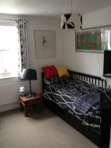 Lovely single in Gay friendly house