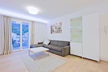 Heller Wohnraum mit westbalkon und Blick auf die Innsbrucker Nordkette