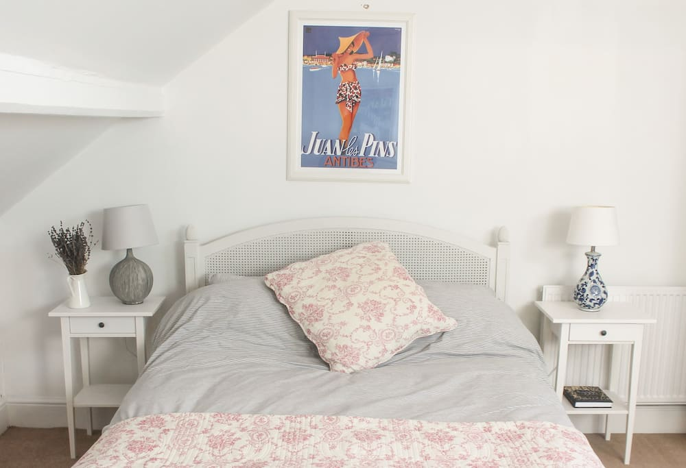 Air bnb Bristol Naturally light room with comfortable Kingsize bed