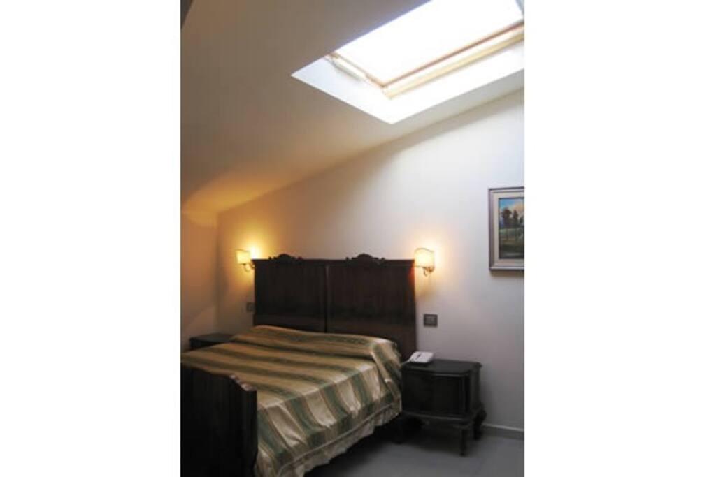 Interno camera con lucernaio