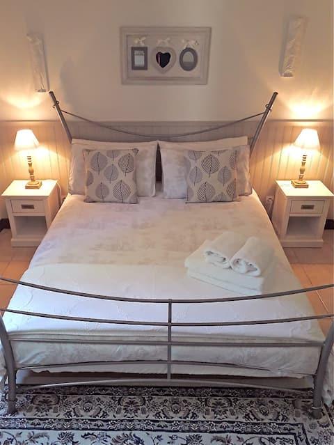 Luxury Cottage, heated pool & WIFI