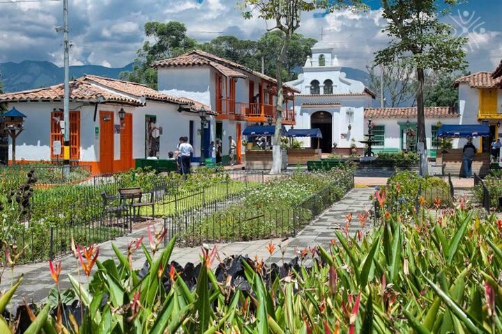 Cerro Nutibara ubicado a 2.6 km de distancia.