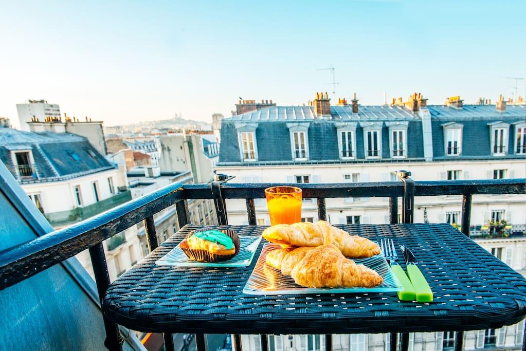 Petit balcon au-dessus des toits parisiens