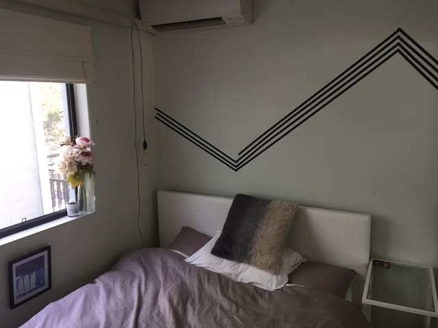 Cute bedroom in hip and central Erskineville - Erskineville - Appartement