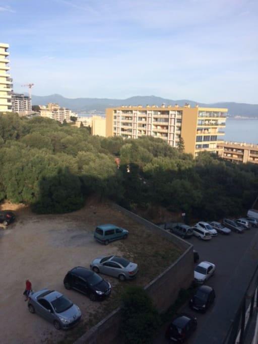 Vue du parking au pied de l immeuble