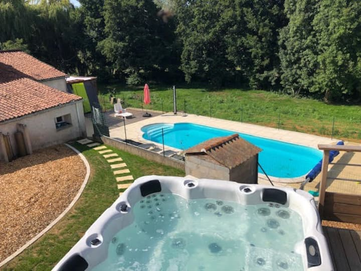 Cottage with Jacuzi swimming pool near Futuroscope