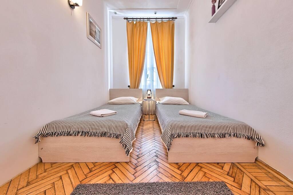 Возможен вариант размещения как и с двуспальной кроватью, так и с двумя односпальными.