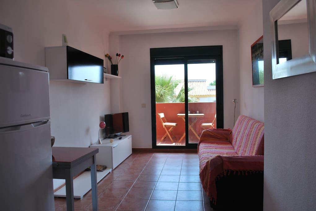 Salón con sofá cama. Salida a la terraza. Dining room with sofabed. Exit to the terrace.