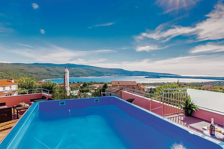 Wonderful detached villa with rooftop pool and Spa. Amazing sea view!
