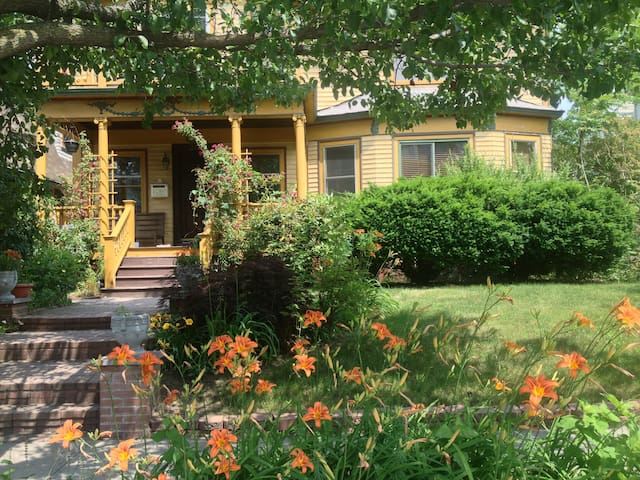 Grand Victorian House, Perfect for Larger Hosting - Providence - House