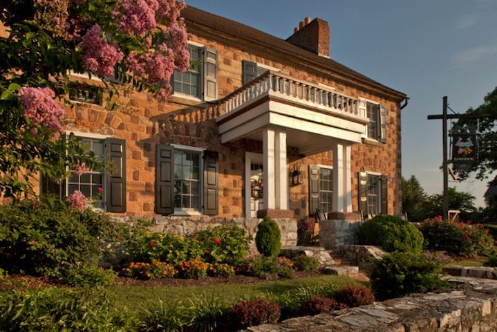 Historic Smithton Inn - Guest Room - Ephrata - Bed & Breakfast