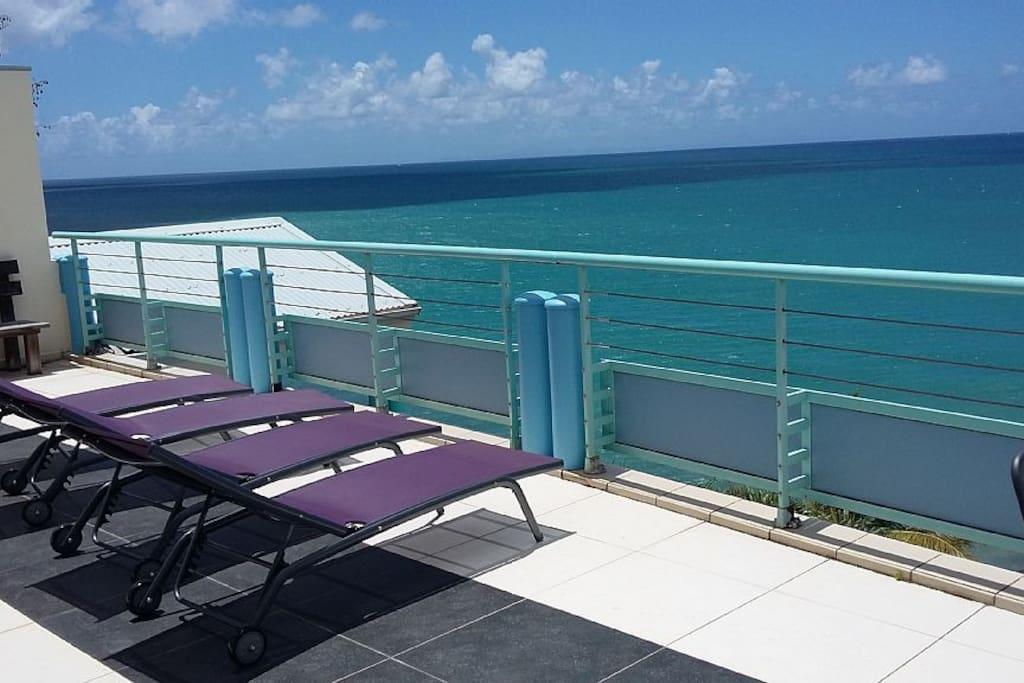 Bains de soleil sur la terrasse