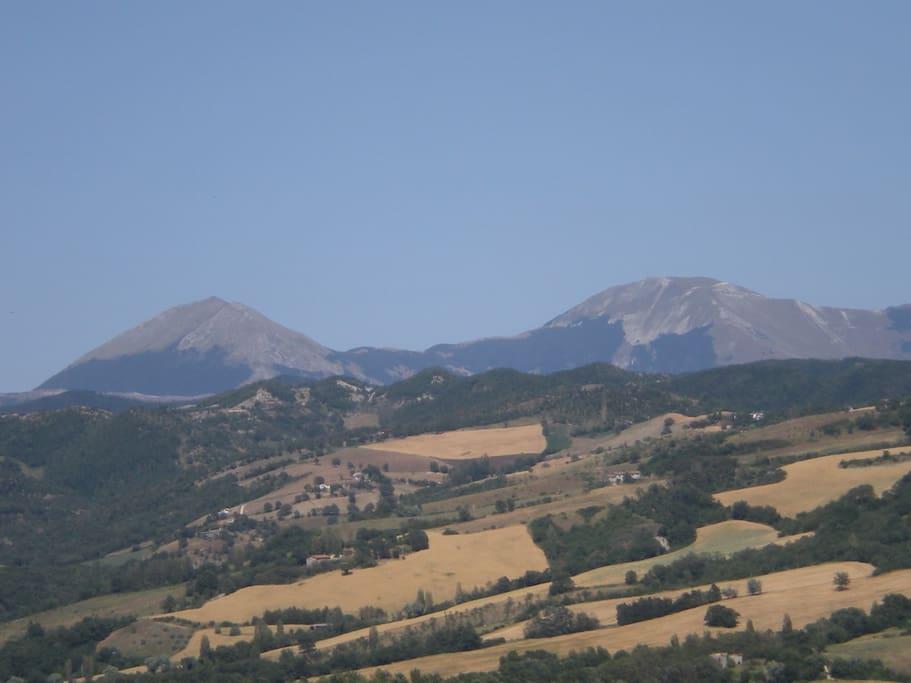La vista verso il Monte Catria e le colline marchigiane