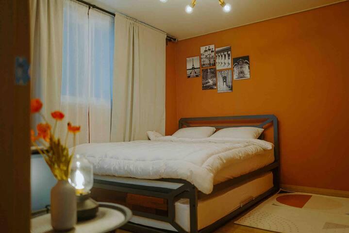 2명이 자기 넓직한 퀸 사이즈 침대.  넷플릭스도 무료로 시청하실 수 있어요 :)  Bed room with Queen sized bed.  Netflix is free. enjoy :)