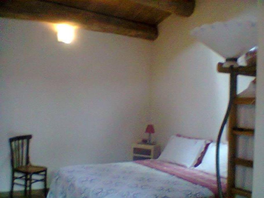 la vostra camera con il bel tetto in legno di catagno.