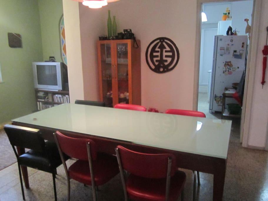Copa, ao lado a sala de TV e ao fundo a cozinha.