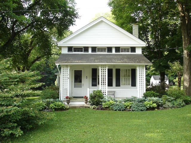 Cozy Cottage w/ Gardens, 3 Bedroom - West Stockbridge - Hus