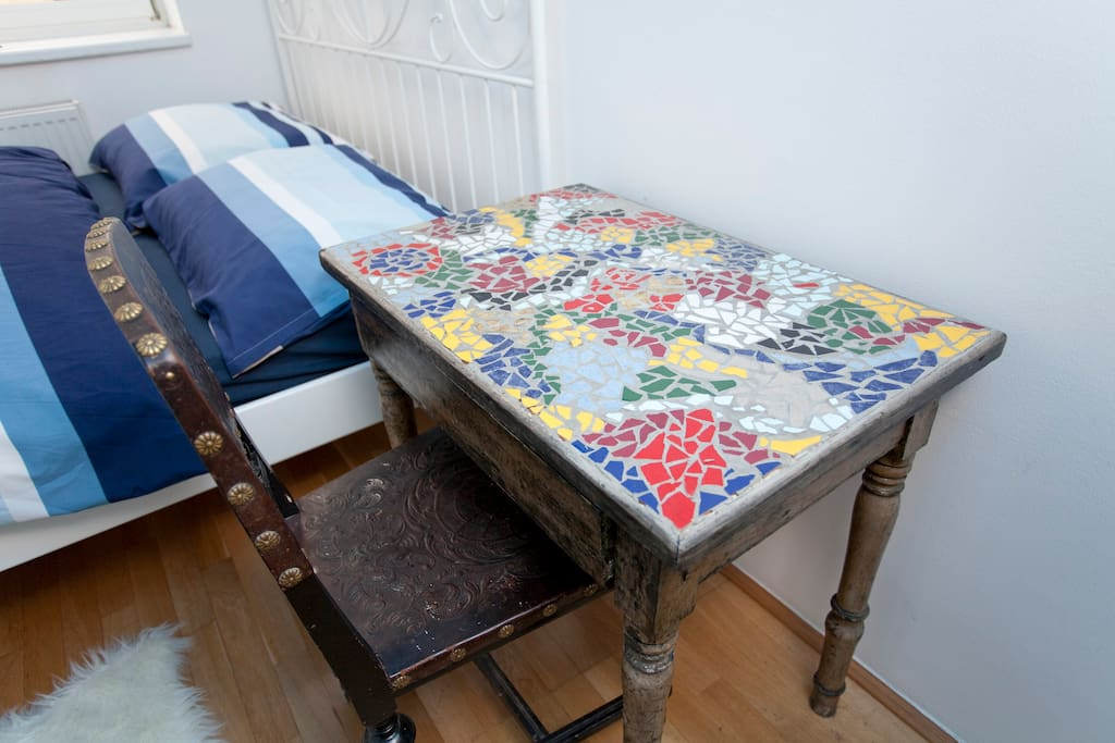 guest room 1 - table
