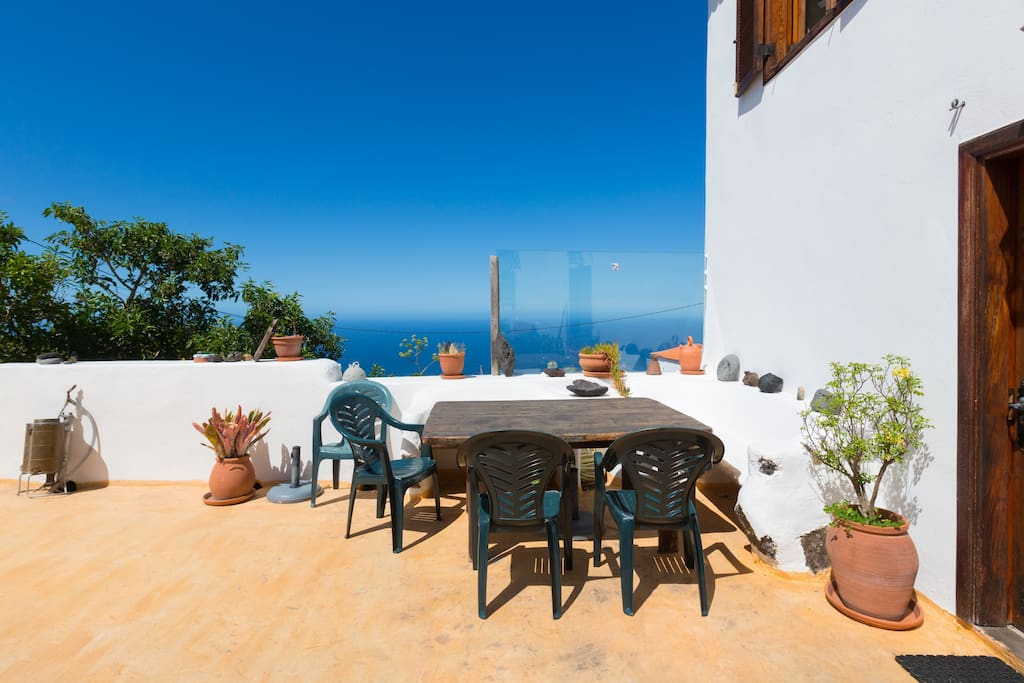 Dinning table on the terrasse with oceanview Esstisch auf der Terasse mit Meeresblick
