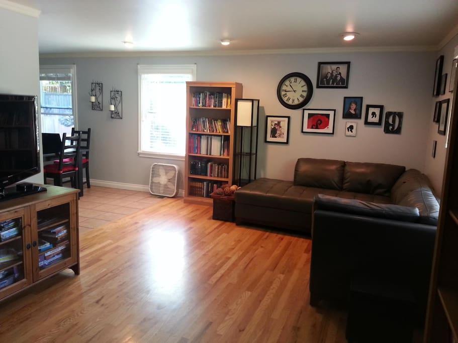 Living Room w/ HD TV, Roku, & WiFi
