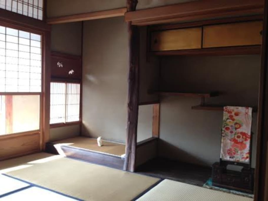 A tatami room upstairs with an antique mirrow