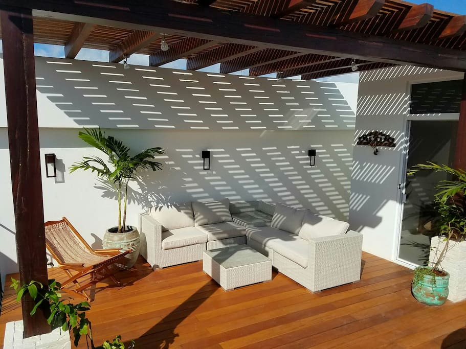 Catch some shade under the light play of the pergola, in your outdoor oasis.