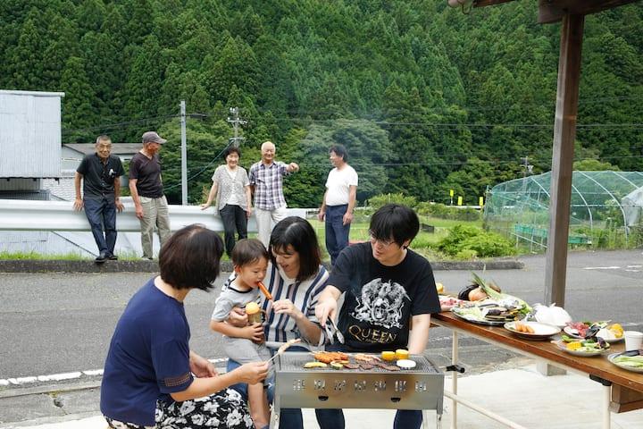 ローカルの人びとが集う。ふれあいを楽しむ。ほし空の宿。by Inaka Tourism