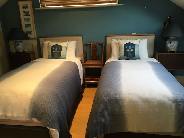 Dalkey Twin bedroom