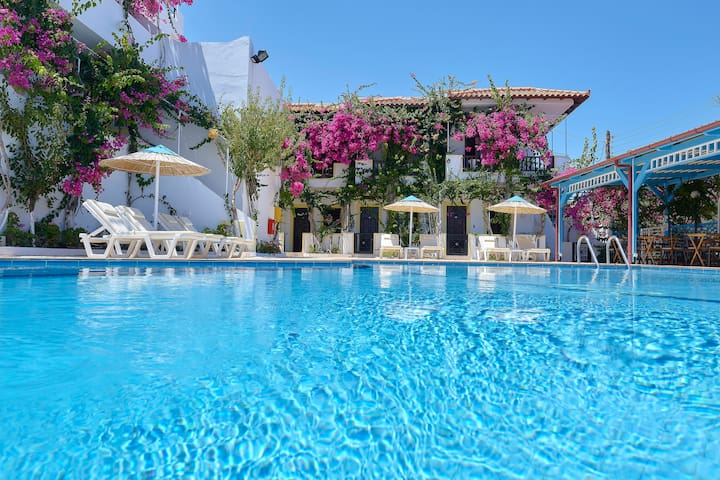 Enjoy your holidays under the comfortables sunbeds next to the pool bar.