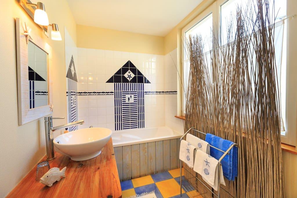 Une grande salle de bain privative, lumineuse