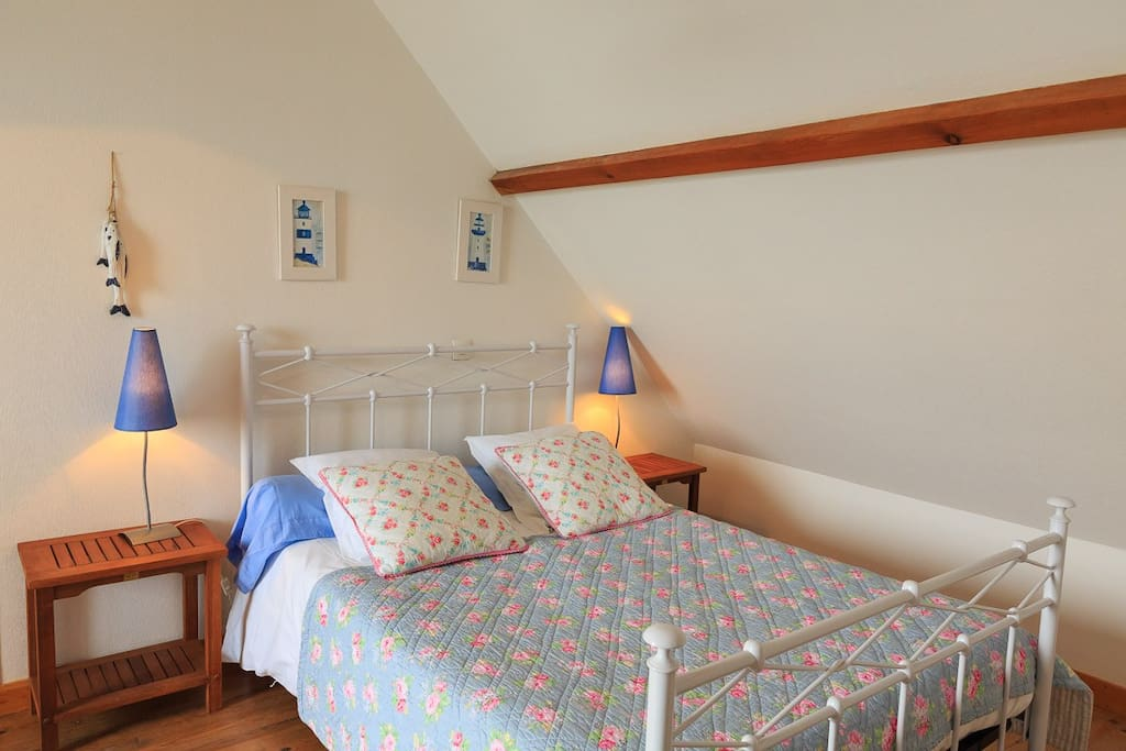 Une chambre confortable et douillette.
