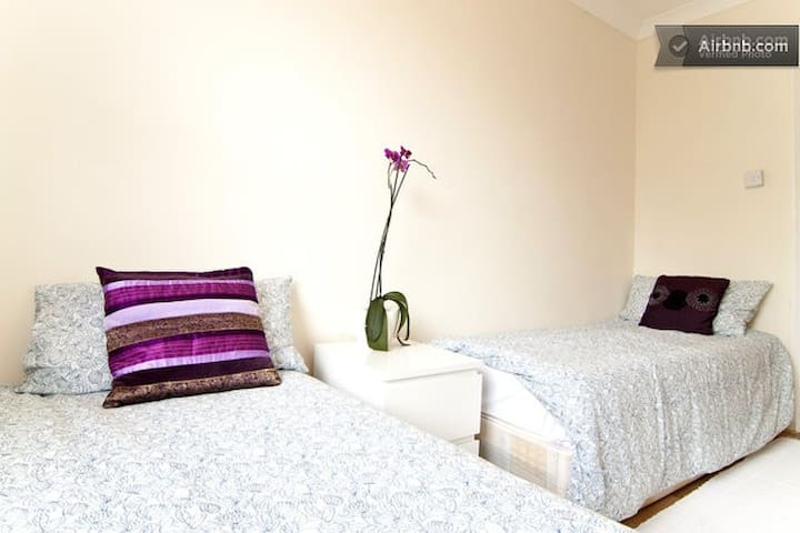 Twin Room in Large Terraced House