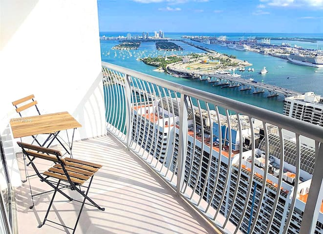 STUNNING BAY, OCEAN AND CITY VIEWS FROM PENTHOUSE ON THE 56TH FLOOR