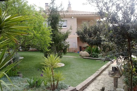Near the beach with a nice garden - Tarragona - Hytte (i sveitsisk stil)