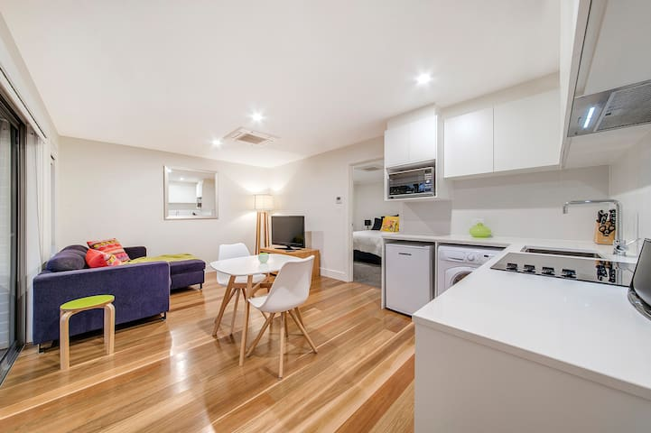 Modern, spacious apartment, near Parliament House