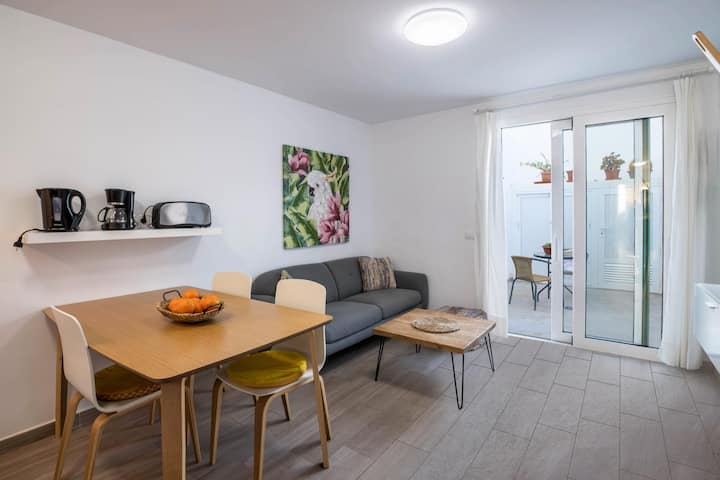 """Holiday Apartment """"Sports and Sea Apartment 2"""" with Pool, Wi-Fi, A/C, Terrace & Sauna; Parking Available"""